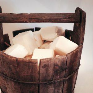 Panier en bois contenant des savons, produit Slow Cosmetique